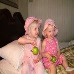 393829_girls_with_apples