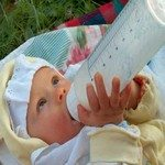 868023_newborn_drinking_milk