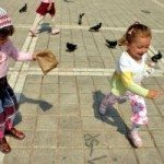 571810_girls_feeding_pigeons